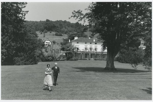 Charlie Chaplin avec sa femme Oona au Manoir de Ban