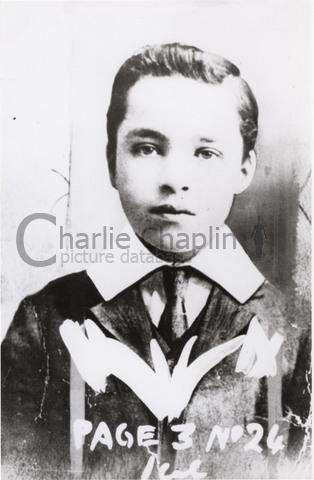 """Chaplin à l'âge de 9 ou 10 ans, à l'époque où il se produit avec les """"Eight Lancashire Lads"""""""