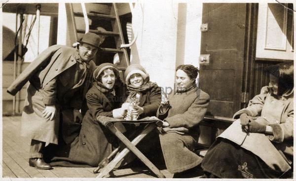 Alf et Amy Reeves, Muriel Palmer & Chaplin embarquent pour l'Amérique pour une tournée avec la troupe Karno en 1910